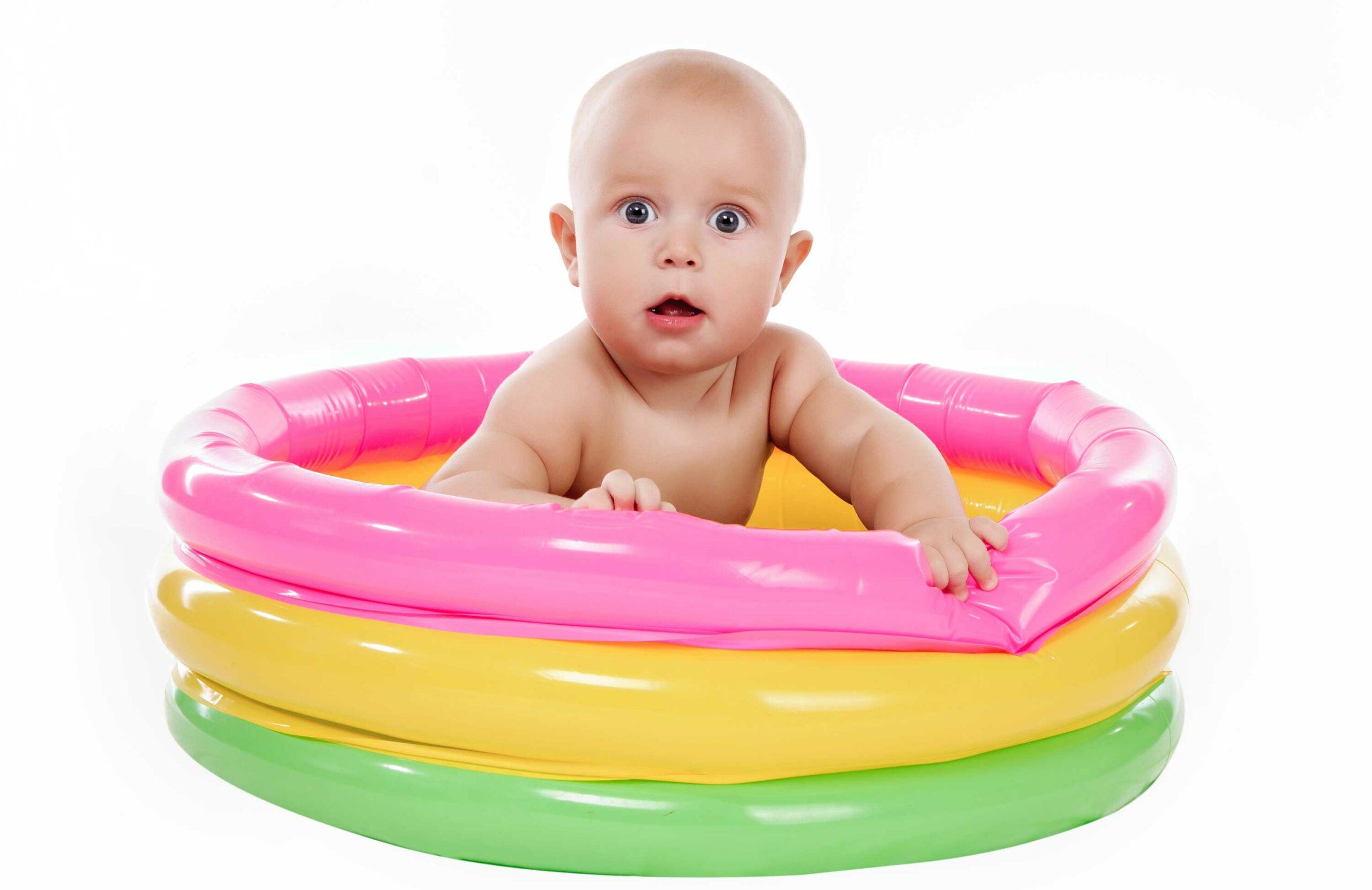 Baby im Planschbecken